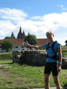 På urban trail i Kalundborgs historie. Lisbeth Pedersen viser vej til Esbern Snares borg fra 1170'erne og byens femtårnede kirke, der blev bygget af datteren Ingeborg.